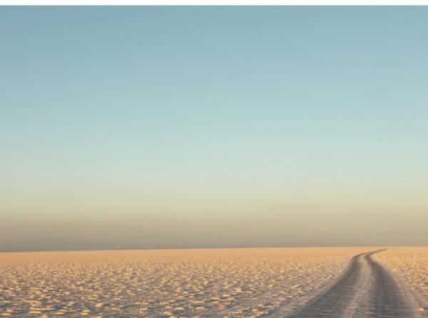 Camino en medio del desierto de sal